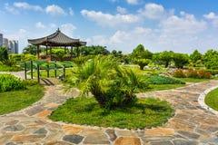 Parken Sie mit den Gärten und Kiefern, die nahe den Sabanci-Zentren gelegen sind Lizenzfreies Stockfoto