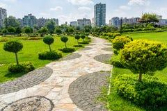 Parken Sie mit den Gärten und Kiefern, die nahe den Sabanci-Zentren gelegen sind Stockbilder