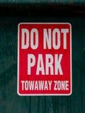 Parken Sie nicht Tow Away Zone-Zeichen stockbild