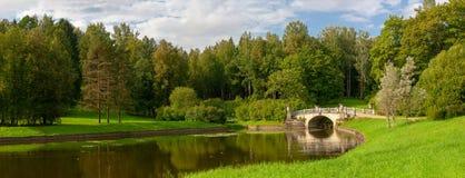 Parken Sie Panorama mit dem kleinen Fluss in der Stadt von Pavlovsk stockfotografie