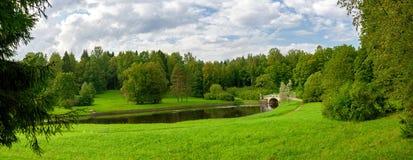 Parken Sie Panorama mit dem kleinen Fluss in der Stadt von Pavlovsk lizenzfreie stockfotografie