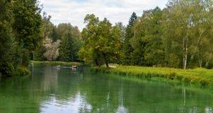 Parken Sie Panorama mit dem kleinen Fluss in der Stadt von Pavlovsk stockfotos