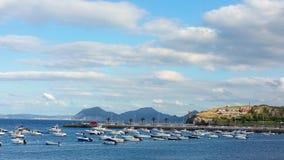 Parken von Booten und von Yachten in der Bucht Stockbild