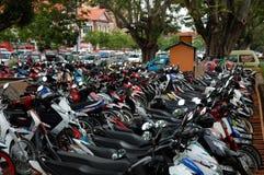 Parken von Motorrädern und von Autos Lizenzfreies Stockbild
