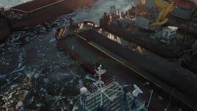 Parken von Schiffen im Hafen auf dem Fluss, Luftschie?en von einem Hubschrauber stock video footage
