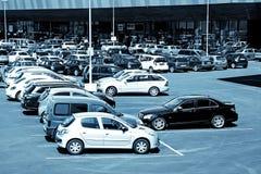 Parken vor einem Einkaufszentrum Stockbild