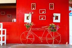 Parkende Front des Fahrrades der roten Wand Stockbild