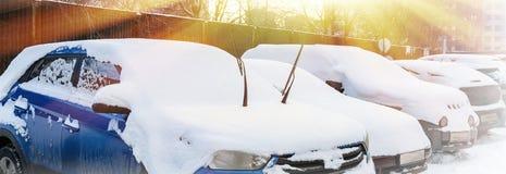 Parkendes Auto bedeckt im frischen Schnee Stockbilder
