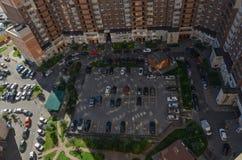 Parkendes Auto im Hof eines Wohnblocks in einem neuen Bezirk von St Petersburg Ansicht von oben stockfotografie