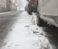 Parkendes Auto im Schneesturm Lizenzfreies Stockbild