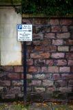 Parkendes begrenztes Zeichen stockfotografie