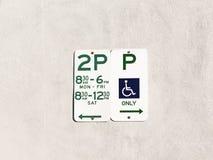 Parkendes Beschränkungs-Zeichen auf weißer übertragener Wand stockfotos