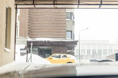 Parkendes Untertageausgangs-Gate Schwere Schneefälle im Freien Glatte Straßenwarnung BlizzardWettervorhersage lizenzfreie stockfotografie