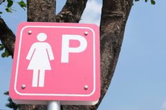 Parkendes Zeichen Dame auf Hintergrund des blauen Himmels lizenzfreie stockbilder