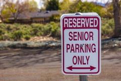 Parkenzeichen des älteren Bürgers lizenzfreie stockbilder