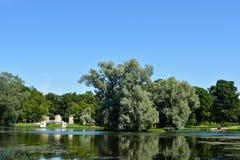 Parkera av Royal Palace till sjön Arkivfoton