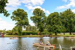 Parkera av Stratford på Avon, England, Förenade kungariket arkivfoto
