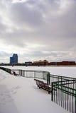 Parkera bänkar som förbiser den storslagna floden Arkivfoton