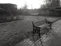 Parkera bänken i svartvitt Royaltyfri Foto