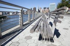 Parkera bänken med NYC-horisont Royaltyfria Bilder