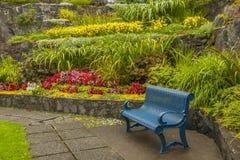 Parkera bänken och arbeta i trädgården Fotografering för Bildbyråer