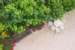 Parkera bänken och bordlägga och stolar från över Royaltyfria Bilder