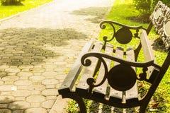 Parkera bänken och solljus Fotografering för Bildbyråer