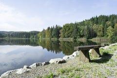 Parkera bänken på en bayersk sjö Fotografering för Bildbyråer