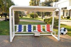 Parkera bänken som göras i form av ett fotbollmål Royaltyfri Fotografi