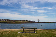 Parkera bänken - Southport, den Connecticut hamnen Arkivbilder