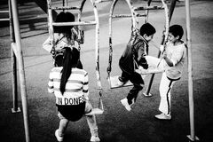 Parkera barn som spelar i staden av Puyo i Ecuador Arkivbild