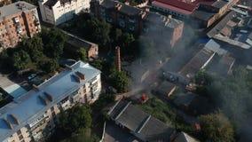 Parkera bilen i garage i brand i mitt av staden i soligt väder för Östeuropa lager videofilmer