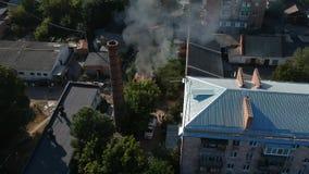 Parkera bilen i garage i brand i mitt av staden i soligt väder för Östeuropa stock video