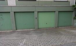 Parkera bilen i garage dörren, drev in, dörren, porten som cardriving Royaltyfri Fotografi