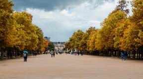 Parkera den närliggande Louvre Royaltyfri Bild