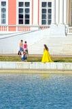 Parkera det Kuskovo godset storslagen slott Fotograftrappuppgång modell Reflexion damm Arkivfoto