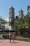 Parkera Francisco Canton med den kyrkliga Sanen Servivio i Valladolid, Mexico Arkivfoto