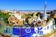 Parkera Guell med mosaikväggen, Barcelona, Spanien royaltyfria foton