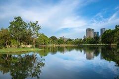 Parkera i den Bangkok staden med modern affärsbyggnad Fotografering för Bildbyråer
