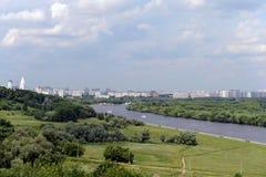 Parkera Kolomenskoye i den ryska huvudstaden Royaltyfri Foto