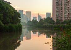 Parkera längs kanalen Arkivbild