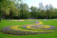 Parkera med att blomma blommor Arkivfoto