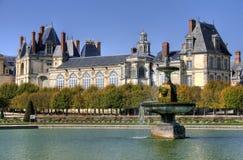 Parkera med dammet av den Fontainebleau slotten i Frankrike Arkivfoton