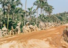 Parkera med figurerade träd i Nong Nooch den tropiska botaniska trädgården nära den Pattaya staden i Thailand arkivbilder