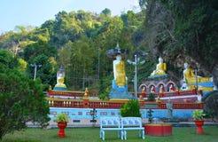 Parkera med massor av Buddhastatyer nära den sakrala Kaw KaThawng grottan Fotografering för Bildbyråer