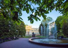 Parkera med slotten av Paskevich-Rumyantsev Gomel Vitryssland Royaltyfria Foton