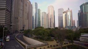 Parkera med träd och vägen som omges av skyskrapor i Pudong område porslin shanghai lager videofilmer