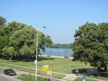 Parkera nära Donauen i Smederevo fotografering för bildbyråer