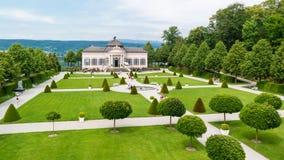 Parkera och arbeta i trädgården paviljongen av den Melk abbotskloster, Österrike Royaltyfria Foton