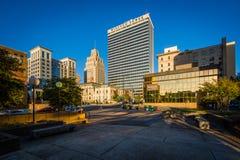 Parkera och byggnader i i stadens centrum Winston-Salem, North Carolina royaltyfri foto